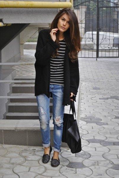 Longline-kofta med randig T-shirt och svarta tofflor med spikar