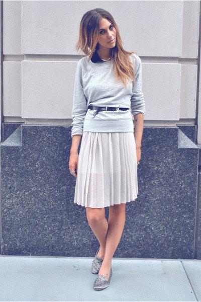 grå tröja med avslappnad passform och knälång veckad kjol och silver tofflor med spikar