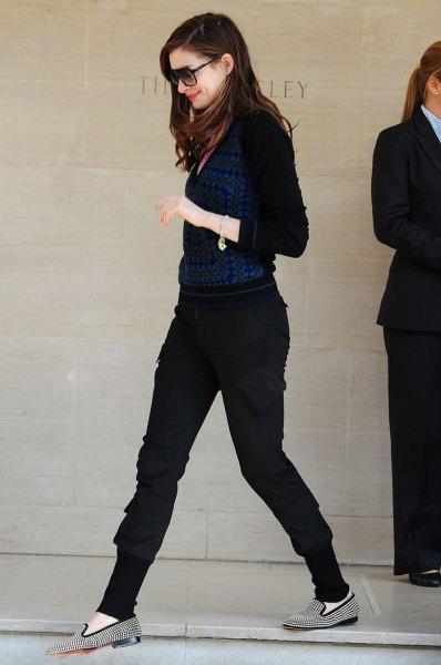 Marinblå blus med svarta byxor med avsmalnande ben och tofflor
