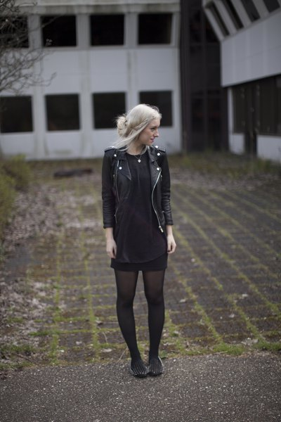 svart skinnjacka med minikjol