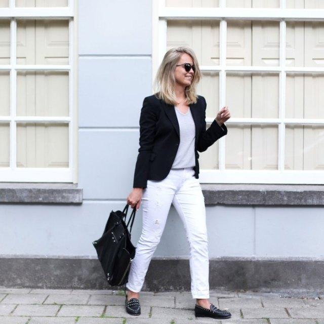 svart kavaj med vita slim fit-jeans och spikade skor