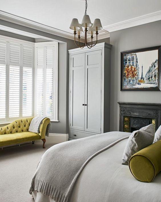 Ett grått sovrum lyser upp med pistaschdetaljer för att markera.