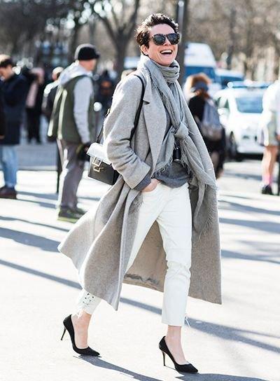 grå longline ullrock med pashmina halsduk och vita ankeljeans