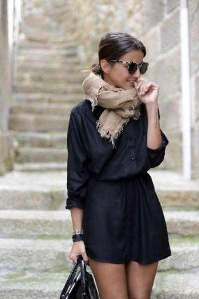 svart skjorta med knappar och en midjekjol med hög midja