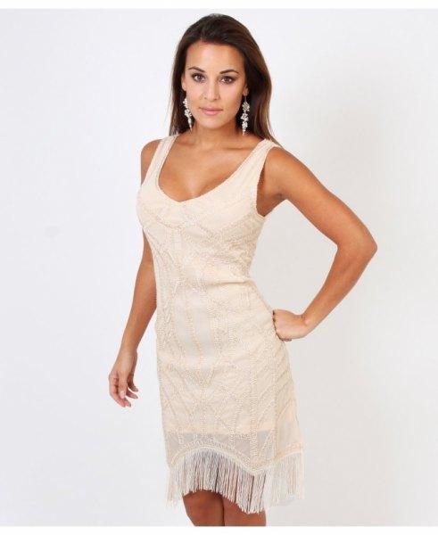 vit miniklänning med urringning och fransar