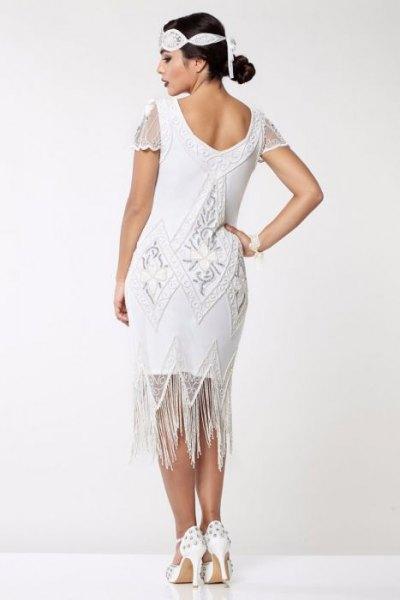 vit midiklänning med fransar med kepsar