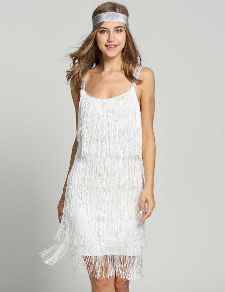 vit minikantad klänning med vintagepannband