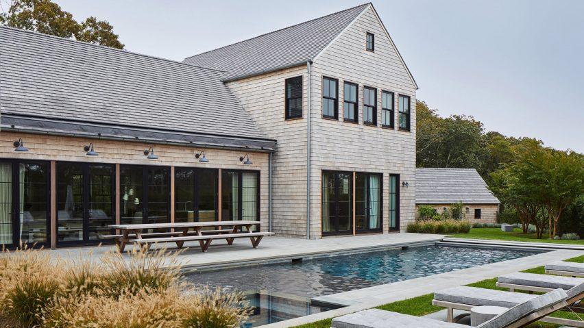 KOS + A bygger cederträda Amagansett-hus med träinterio