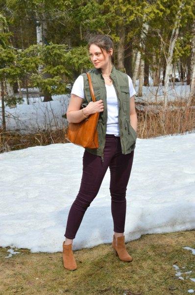 Grön nyckelväst med vit T-shirt och svarta jeans med smal passform