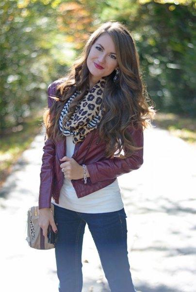 Läderjacka med halsduk i leopard och smala jeans