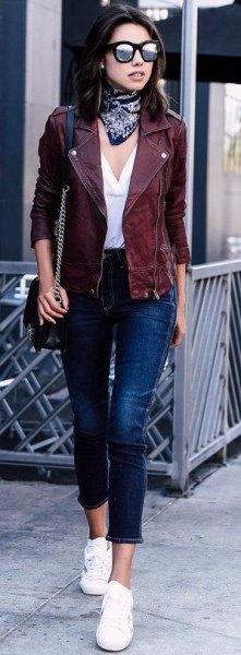 Motojacka med vit blus med V-ringning och korta jeans