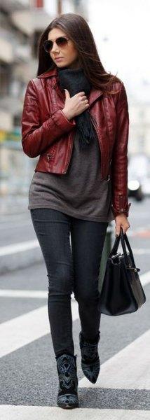 Bourgogne kort läderjacka med grå lång tröja och svarta jeans