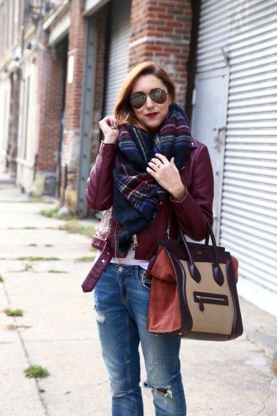 Burgundy läderjacka med svart och blå rutig halsduk
