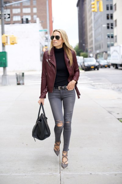 Läderjacka med svart stickad tröja med ståkrage