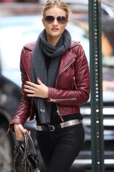 vinrött skinnjacka med grå halsduk och svarta jeans