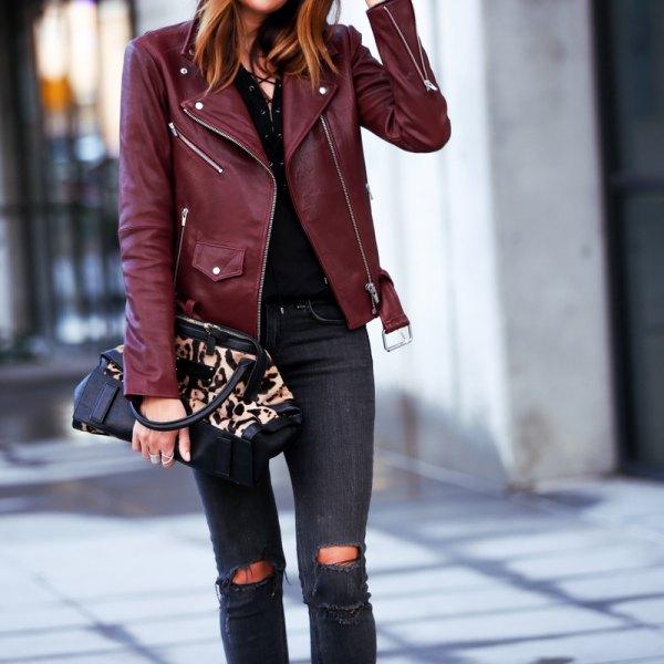 Burgundy skinnjacka med svart skjorta och rippade skinny jeans