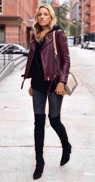Burgundy jacka med svart tröja och overknee stövlar