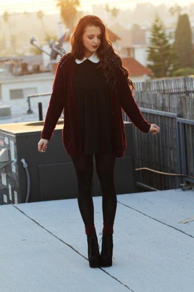 svart klänning med krage och vinröd kofta