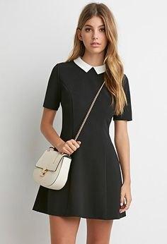 Miniklänning med svart passform och utsvängd krage och vit läderhandväska