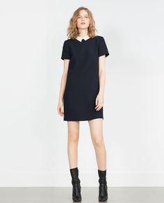 svart mini-mantelsklänning med stövlar i läder med medium kalvskinn
