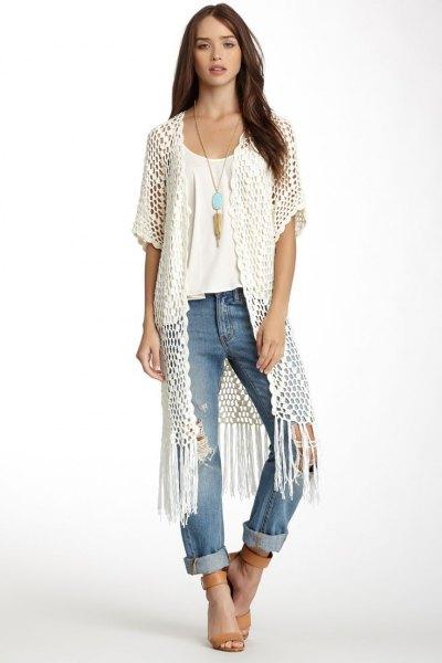 vit lång virkad väst vit t-shirt manschett jeans