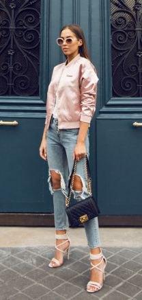 Ljusrosa bomullsjacka i satin med kraftigt rippade, korta jeans