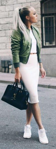 grön jacka med vit tvådelad midiklänning