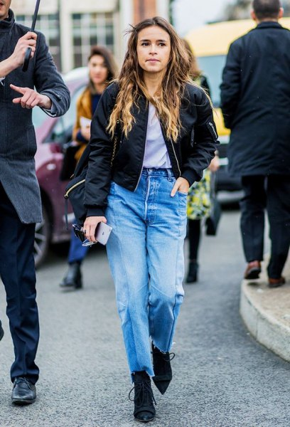 svart satin bomberjacka med ljusblå jeans med hög midja
