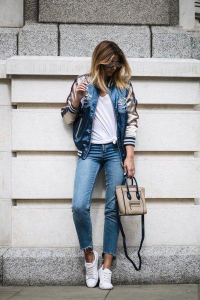 Ljusrosa och blå satinjacka med korta skinny jeans