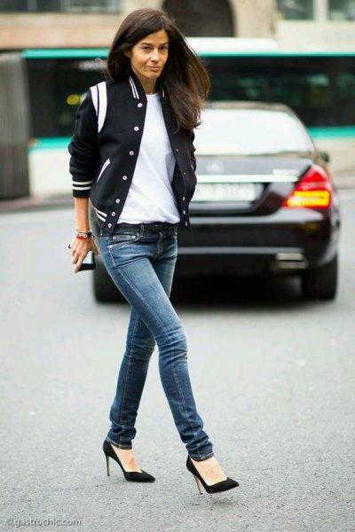 svart satin bomberjacka med mörkblå skinny jeans