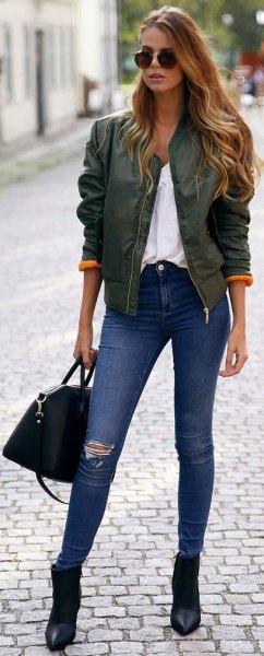 grå bomullsjacka i satin med vit blus och blå skinny jeans