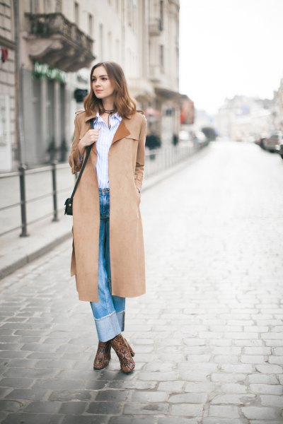 Kamelrock med en blå och vit randig skjorta och manschettjeans