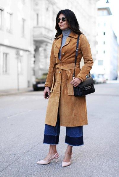 Midiranger mocka kappa med kamelbälte och blå tröja med tröja