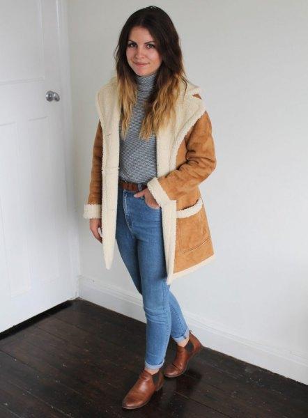 Mocka kappa med fuskpälskrage och blå mom jeans