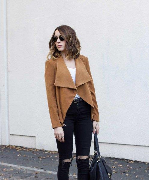 brun kavaj med svarta, rippade jeans i smal passform
