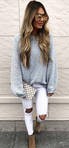 grå, tjock tröja med vita, kraftigt sönderrivna skinny jeans