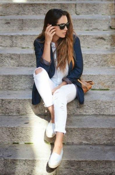 Mörkblå jeansjacka med vita skinny jeans och tofflor