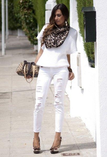 Halvärmad tröja, halsduk med leopardmönster och vita jeans