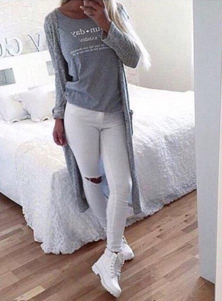 grå kofta i stickad tröja med vita skinny jeans och stövlar