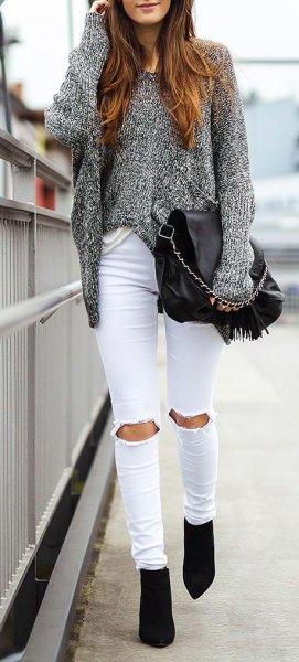 ljunggrå, tjock tröja med rippade vita jeans