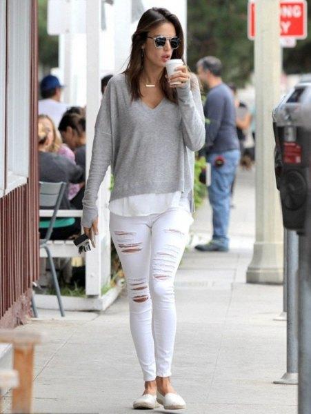 grå, långärmad, tunn tröja med V-ringning och vita skinny jeans