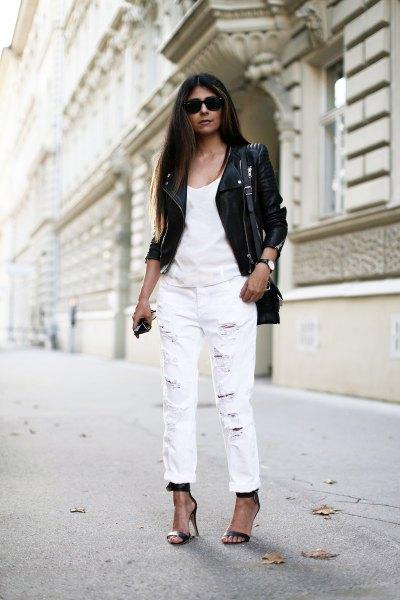 svart lädermotojacka med vit linne och jeans med raka ben och manschett