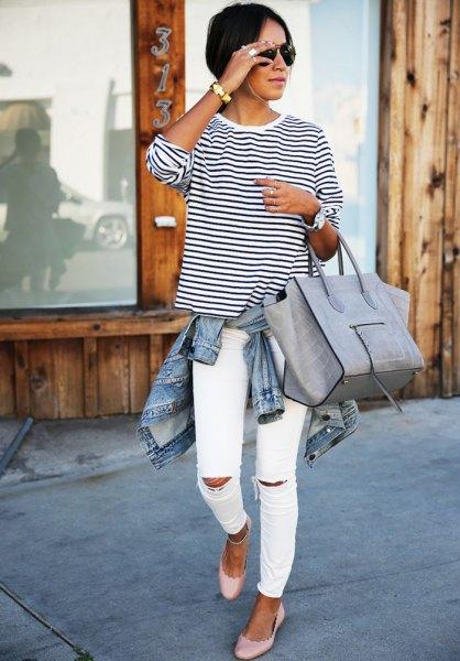 svartvit randig långärmad t-shirt med rund hals och slitna slim fit-jeans