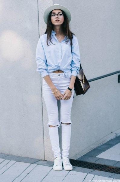 ljusblå knuten skjorta med trasiga skinny jeans