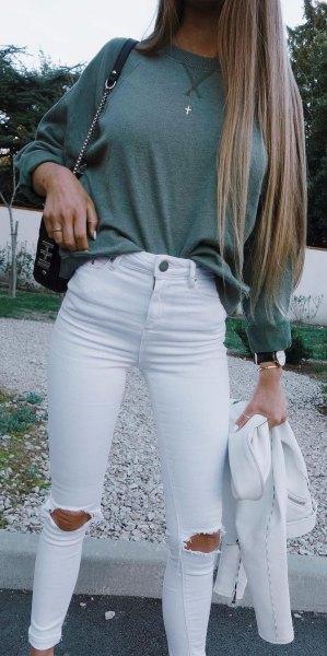 grå, tjock tröja med vita, rippade skinny jeans