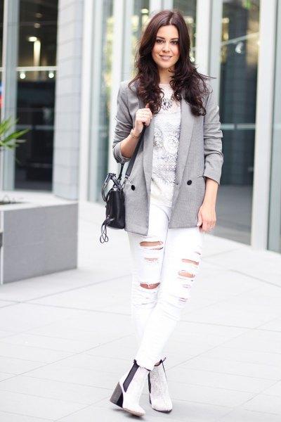 grå kavaj med tryckt t-shirt och vita jeans