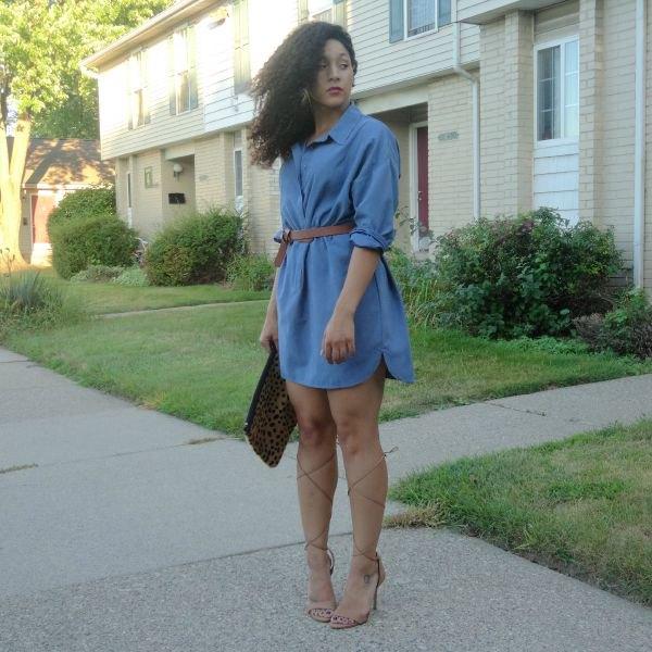 ljusblå denimklänning med bälte och klackar med öppen tå