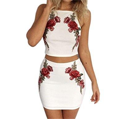 vit halterneckklänning med blommig broderi och tvådelad klänning