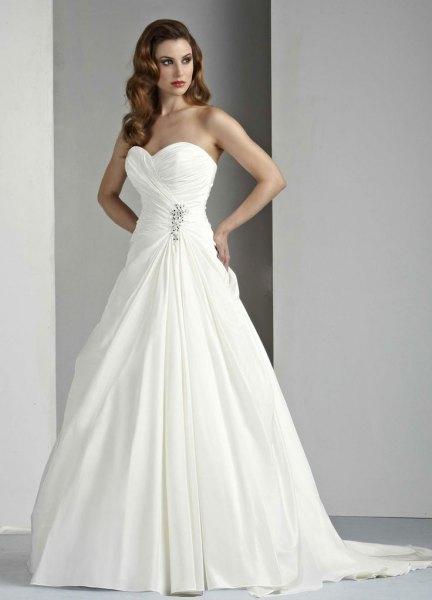 vit älskling halsringning bröllopsklänning