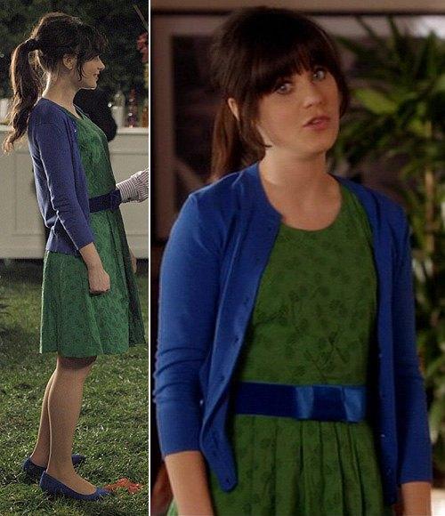 Grön tryckt knälång veckad klänning med blå sidenbälte